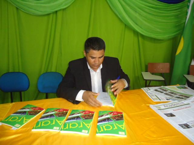Prof. Adenildo Bezerra, durante a noite de autógrafos do seu livro. Foto: Divulgação.