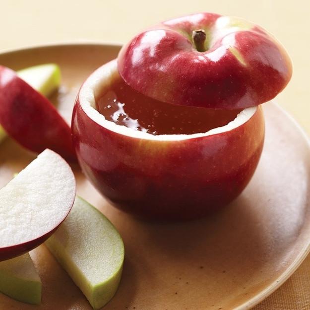 קערת תפוח ודבש שהוכנה עם סכין חלקה וכף