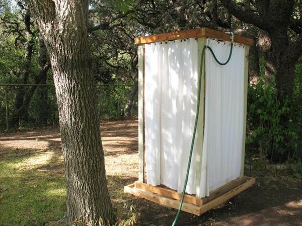 מקלחת שמתאימה להקמה מהירה בכל קמפינג