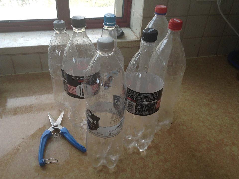 בחירת בקבוקים ממוחזרים וחיתוך עם מספרים לחומרים קשים
