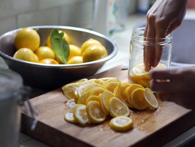 הכנסת לימון כבוש לצנצנת