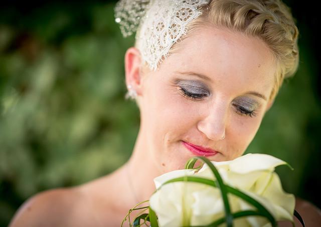 Frau mit Hochzeitsblumen