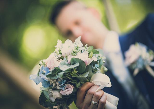 Hochzeitsblumen mit Bräutigam