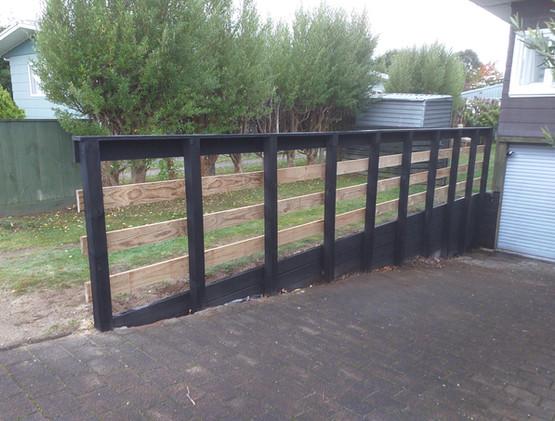 Retaining wall/fence