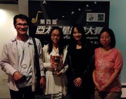 指導老師 Miss Wong與8級組鋼琴大賽季軍得獎者方同學及其家長合照