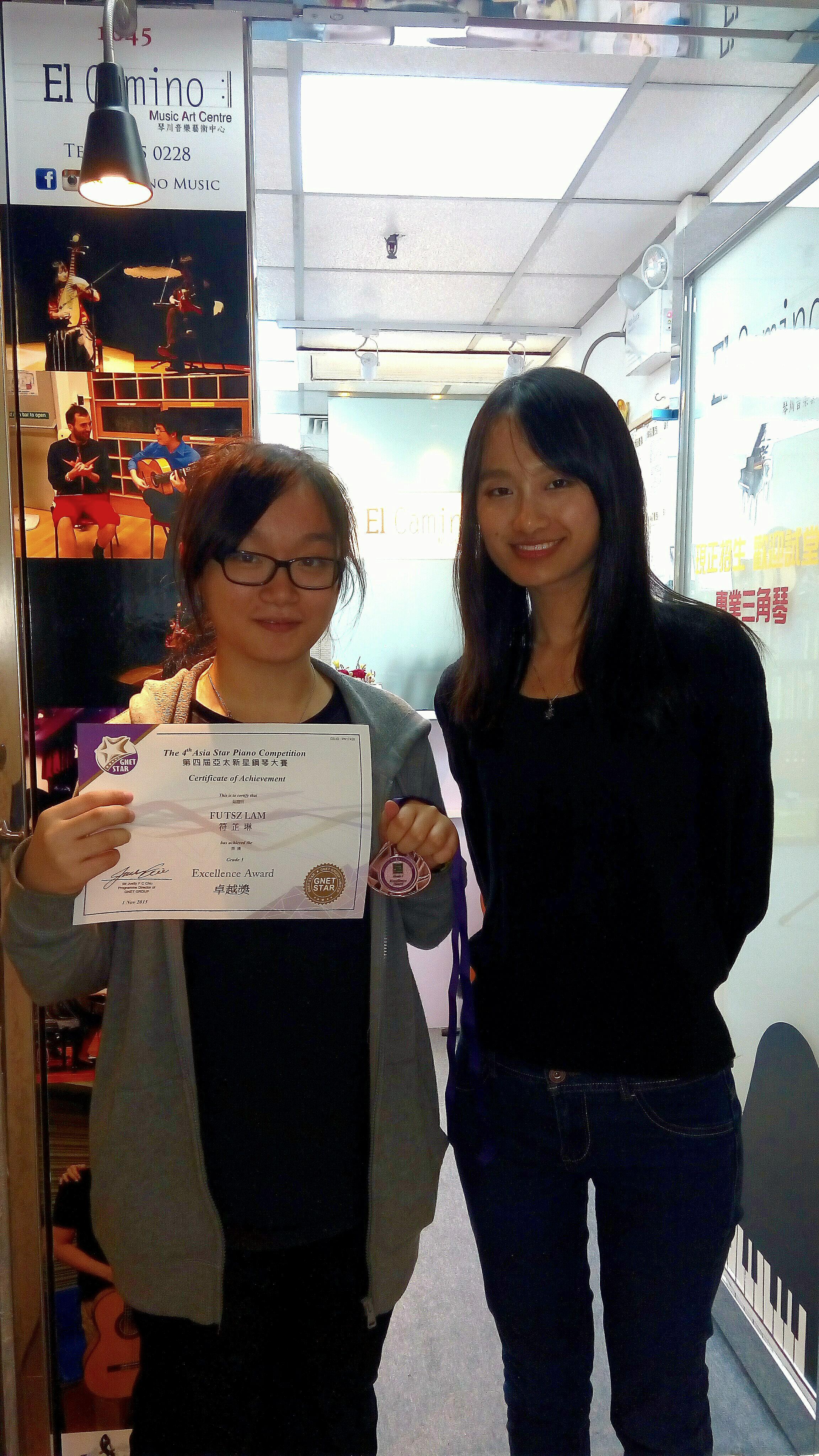 指導老師 Miss Wong與5級組鋼琴大賽卓越獎得獎者符同學合照。