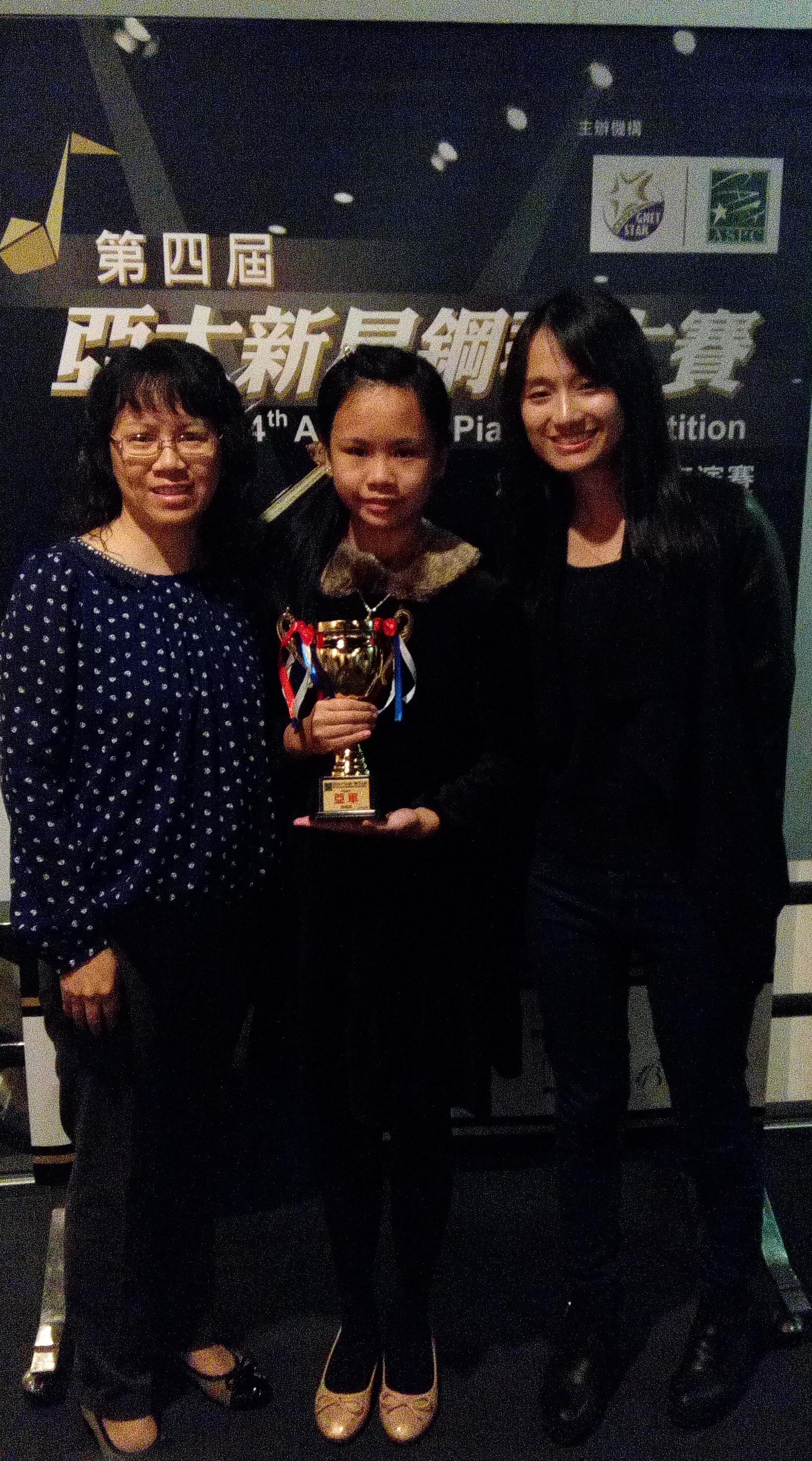 指導老師 Miss Wong與7級組鋼琴大賽亞軍得獎者李同學及其家長合照