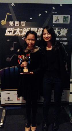 指導老師 Miss Wong與7級組鋼琴大賽亞軍得獎者李同學合照。