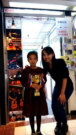 指導老師 Miss Wong與Preliminary A組鋼琴大賽冠軍得