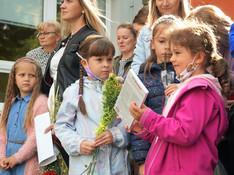 FOTO Kvetinky, úsmevy i očakávania. V Starej Ľubovni otvorili školský rok!