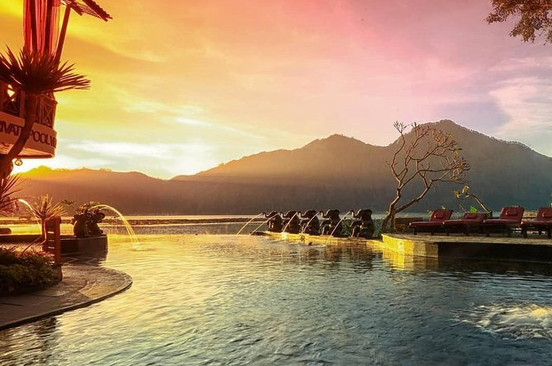 Enjoy the breathtaking view of Lake Batur and Mount Abang while you're soaking in the warm lake-front pool at Toya Devasya Natural Hot Spring. Relax with anice cold drink and take in yoursurroundings.
