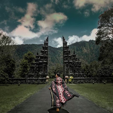 View the details and strike a pose in front of the famous Handara Gates.