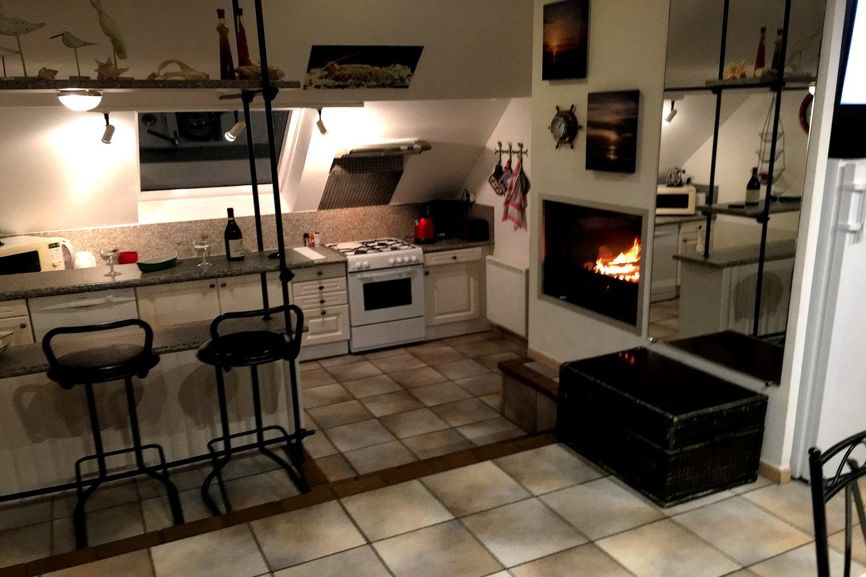 la cuisine avec feu de cheminée