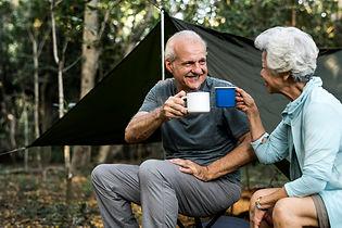 amigos-tomando-cafe-campamento_53876-197