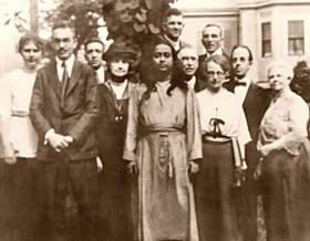 ENTRE OS PRIMEIROS AMIGOS E ESTUDANTES DE PARAMAHANSA YOGANANDA, ESTÃO SISTER YOGAMATA (À DIREITA DO GURU) E DR. LEWIS (À ESQUERDA).