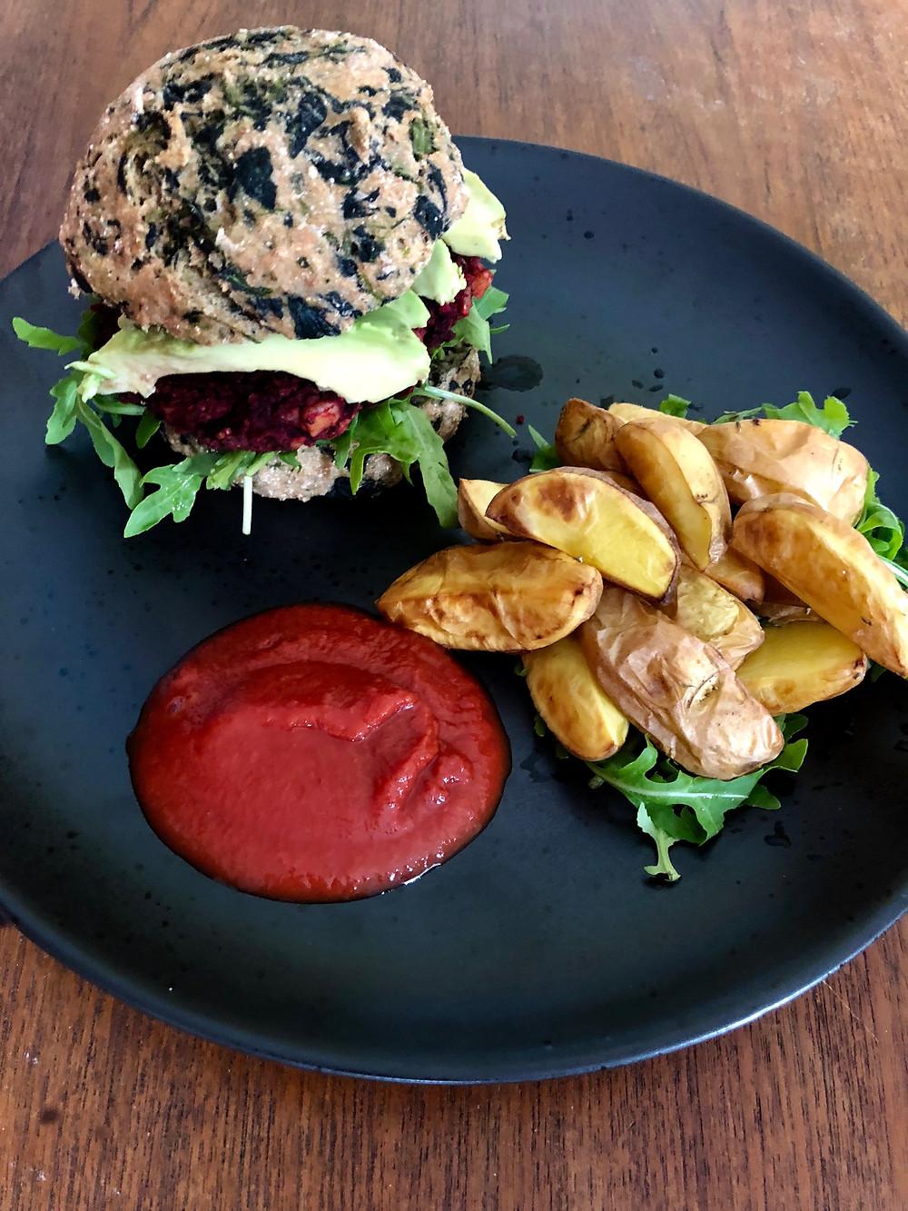 Rødbedebøf, spinatburgerbolle