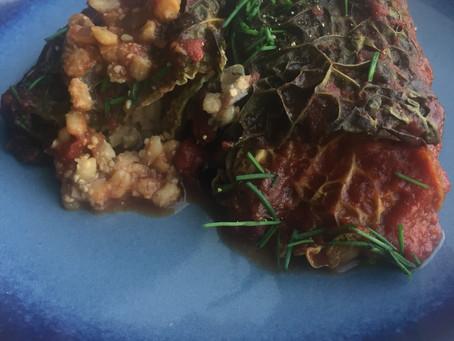 Savoykålspakker med fyld af perlebyg og urter i bad af tomatsovs