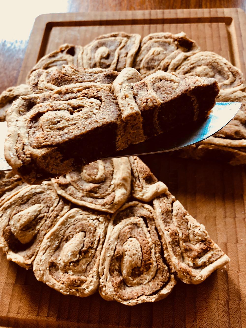 Fuldkornskanelsnegl med nødde/daddelfyld
