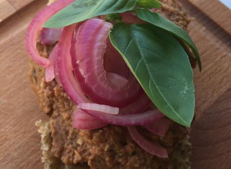 Rød linsespread med tomater og basilikum