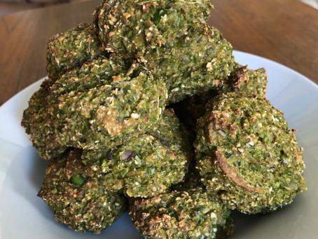 Kartoffeldeller med grønne ærter og frisk basilikum