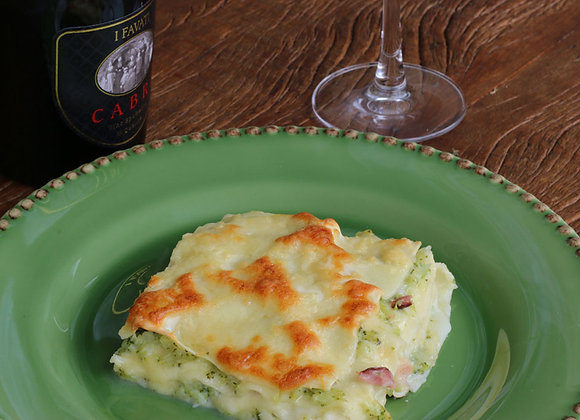 Lasanha brócolis c/ bacon e mozarela ao molho bechamel - P (serve 1) G (serve 2)