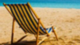 Strand met zonbedden.jpg