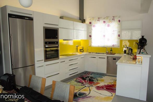 Κουζίνα Ακρυλικής ποιότητας Λευκού Χρώματος και Βιτρίνες Αλουμινίου με Λευκά Τζάμια