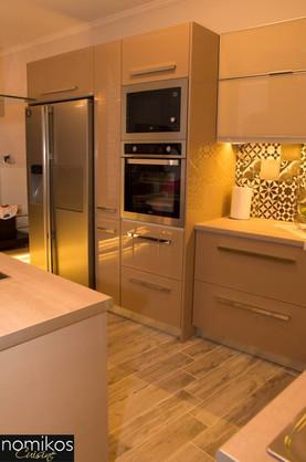 Κουζίνα Ακρυλικής Ποιότητας Χρώματος Μόκα και Βιτρίνες Αλουμινίου με Τζάμι Χρώματος Βανίλια