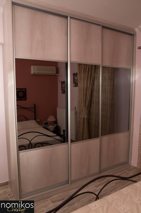 Συρόμενη Ντουλάπα Μελαμίνης Γκρίζου Χρώματος και Bronze Καθρέπτη στη Μέση