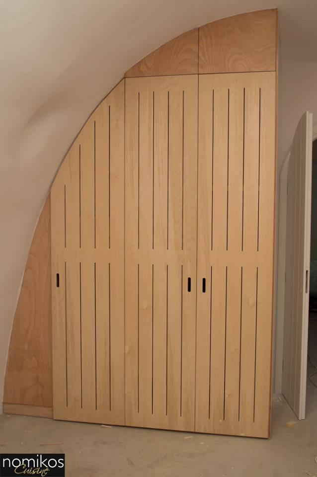 """Ανοιγόμενη Ντουλάπα με Κόντρα Πλακέ Θαλάσσης και Ειδικά """"Σκισίματα"""" στις Πόρτες για τον Καλύτερο Αερισμό της Ντουλάπας"""