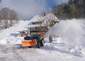 Der viele Schnee wird mit Power weggefräst