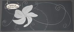 Fleur au vent et volutes