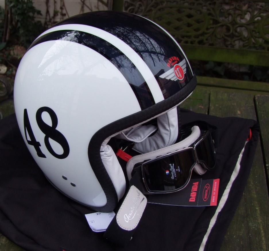 Davida-Helm mit Custom-Lackierung und Motorradbrille