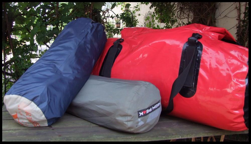 Packtasche, Zelt und Isomatte.