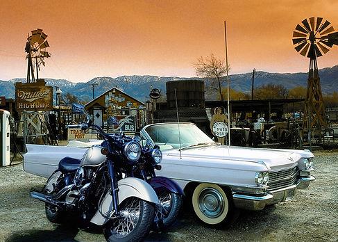 Autos un Harleys vor Westernkulisse