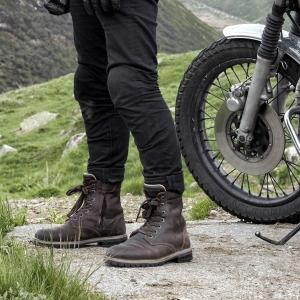 Mit den Motorradstiefeln Marke Ace von Stylmartin unterwegs.