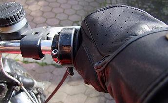 Motorradhandschuhe von Belstaff im Einsatz