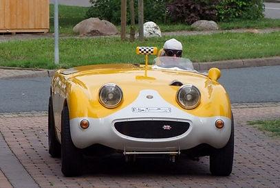 Ein Austin-Healey Oldtmer wird stilecht mit Cabriokappe bewegt.