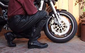 Motorradstiefel Commander knieend vor Voxan Motorrad