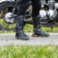 Motorradstiefel von Stylmartin Matrix im Einsatz vor Oldtimer