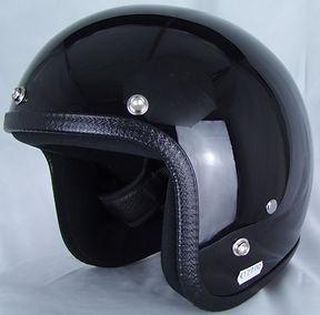 Seitenansicht des Motorradhelmes in Glossy Black.