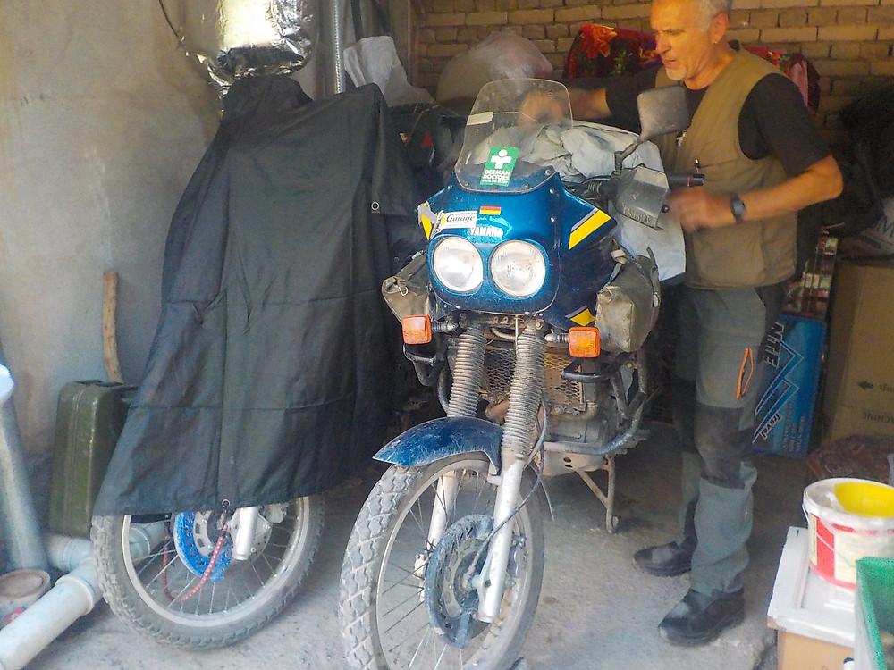 Leo packt das Motorrad ein.