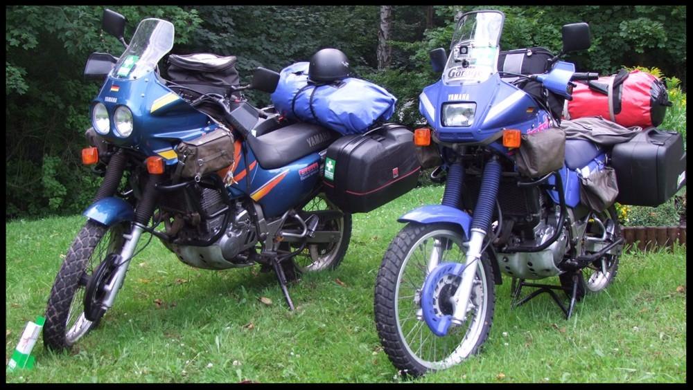 Unsere Motorräder mit Gepäck.