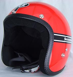Der rote Motorradhelm aus der Pastello-Kollektion von 70s mit aufgeklebten Streifen.