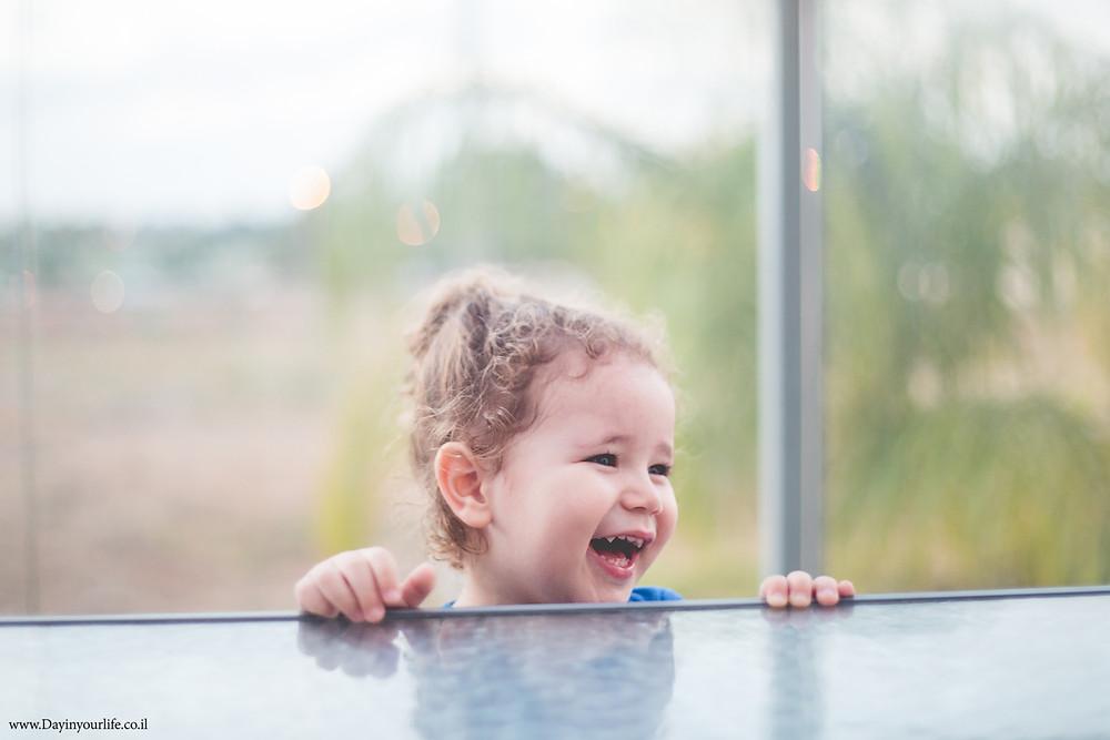איך לצלם ילד שלא מוכן לחייך?