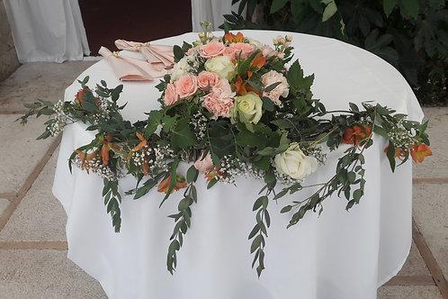Centre de table et sa guirlande de feuillage et de fleurs