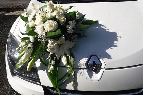 Composition florale blanche de voiture