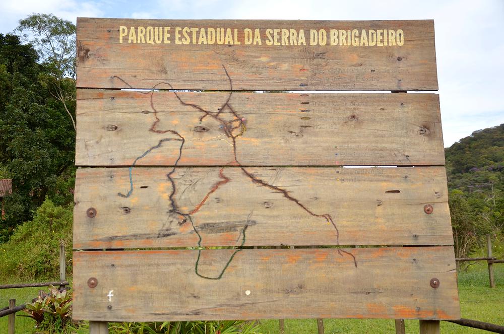 Placa com trilhas pela sede do Parque da Serra do Brigadeiro