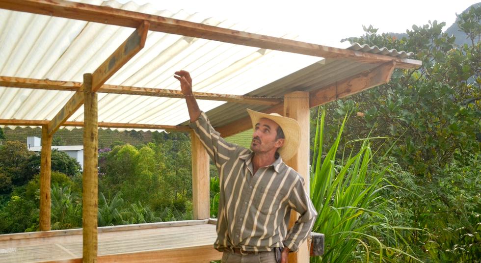 Terreiro suspenso para seleção dos grãos com telha para aumentar a durabilidade