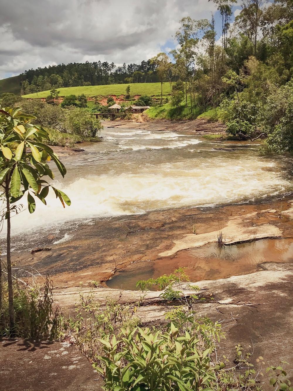 Cachoeira dos Ferreira , na Serra do Brigadeiro | Corredeira com o quiosque ao fundo